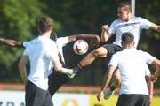 Die deutsche Fussball-Nationalmannschaft mit Julian Draxler (oben r) trainiert am 13.06.2017 in Kelsterbach. (Bild: Keystone/THOMAS FREY)