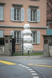 Saisonal passend: Peter Reglis Skulptur beim Haus für Kunst in Altdorf. (Bild: Dominik Wunderli (24. Februar 2018))
