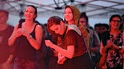 Tanzen im Regen zur Musik vom Damian Lynn: Die Besucher am Open Air Tells Bells liessen sich die Stimmung gestern nicht verderben. (Bild Dominik Wunderli)