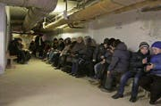 Bürger der ukrainischen Hafenstadt Mariupol sitzen in einem Schutzkeller während einer Übung für den Fall, dass die Stadt unter Beschuss gerät. (Bild: Keystone / Sergey Vaganov)