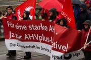"""Kundgebungsteilnehmer tragen Transparente und Fahnen am traditionellen 1. Mai-Umzug in Basel. Der Tag der Arbeit steht heuer im Zeichen der AHV: Die Gewerkschaften stellen den 1. Mai unter das Motto """"Gemeinsam kämpfen - für eine starke AHV"""". (Bild: Keystone)"""