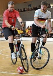 Roman Schneider (am Ball) gehört mit seinem neuen Partner Paul Looser zu den Medaillenanwärtern beim morgigen Schweizer Cupfinal-Turnier in der Altdorfer Giessen-Halle. (Bild: Urs Hanhart (Altdorf, 27. August 2017))