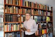 Andreas Anderhalden vor seiner Bibliothek: Der einstige Arzt hat die genetische Abstammung der Ob- und Nidwaldner untersucht. (Bild Philipp Unterschütz)