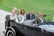 Winkt aus dem Oldtimer: Senioren-Weltmeister Renato Burch (links) mit Lebenspartnerin Susanne und dem Beckenrieder Roland May, seinem Staffel-Gold-Teamkollegen. (Bild: Marco Berwert/PD (Stalden, 2. April 2017))