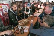 Besucher degustieren Biere der Kleinbrauerei Bro's Bräu aus Stansstad. (Bild: André A. Niederberger (Sarnen, 14. Oktober 2017))