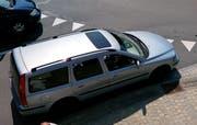 Dieser Volvo wurde anscheinend vom Laster «abgeschossen». (Bild: Geri Holdener)
