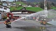 Die Feuerwehr demonstriert ihr neues Tanklöschfahrzeug der beeindruckten Bevölkerung. (Bild: PD (Büren, 2. April 2017))