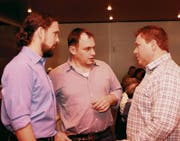 Obmann Jost Niederberger (rechts) im Gespräch mit den neuen Vorstandsmitgliedern Christoph Aeschbacher (links) und Roger Burch. (Bild: Richard Greuter (Ennetbürgen, 5. April 2017))