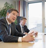 Christoph Baumgartner, Vorsitzender der Bankleitung (links), und Verwaltungsratspräsident Bruno Poli berichteten übers erste Geschäftsjahr von Raiffeisen Nidwalden. (Bild: Corinne Glanzmann (Stans, 23. Januar 2018))