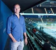 Michael Küng auf der Tribüne der Bossard-Arena. (Bild: Maria Schmid)