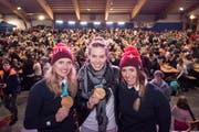 Denise Feierabend, Michelle Gisin und Lena Haecki (von links) posieren in der Festhalle. (Bild: Urs Flueeler / Keystone (Engelberg, 27. Februar 2018))