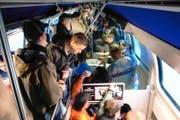 Bahnreisende stehen dicht gedrängt in einem Zug. (Bild: Keystone/Alessandro della Valle)