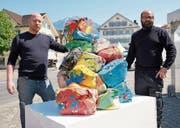 Die Künstler Paul Lipp (links) und Reto Leuthold präsentieren ihre Plastilin-Skulptur. (Bild: Romano Cuonz (Stans, 24. April 2017))