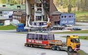 Gestern wurden die beiden grossen Kabinen der Luftseilbahn in der Weglosen auf Tieflader gestellt, die sie heute mit Polizeibegleitung durch die halbe Schweiz karren werden. (Bilder Urs Keller)