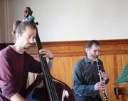 Christoph und Hans Blum (von links) sorgten an der GV mit ihrer Musik für Stimmung. (Bild: Marion Wannemacher (Sarnen, 15. März 2018))