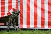 Ein Vertreter von Militär baut die Infrastruktur auf. (Bild: Stefan Kaiser / Neue ZZ)