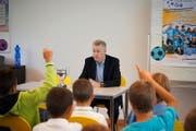 Nati-Coach Ottmar Hitzfeld stellte sich in Ibach den Fragen der neugierigen Schüler. (Bild Sandro Portmann)
