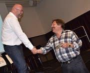 Mit einer CD der Bauernmusik Altdorf bedankte sich Vereinspräsident Sepp Wipfli (rechts) bei Peter Hofmann für das interessante Referat. (Bild: Georg Epp (Altdorf, 15. März 2017))
