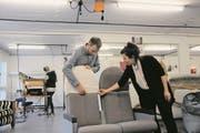 Franziska Scheuber, Co-Geschäftsführerin der Scheuber AG, begutachtet mit Sacha Klemm, Geschäftsleitungsmitglied, den originalgetreuen Nachbau eines Sitzes des legendären Überschallflugzeugs Concorde. (Bild: Philipp Unterschütz (Ennetbürgen, 1. Februar 2018))