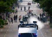 Die Polizei und Hooligans liefern sich in Zürich eine Strassenschlacht. (Bild: Steffen Schmidt / Keystone)