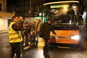 In Erstfeld trifft ein Ersatzbus aus Göschenen ein. Weiter geht es mit dem Zug. (Bild: Geri Holdener)