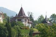 Aus viel Grün ragt die stattliche Villa Hongkong hervor. Rechts das Turmdach des Chalets Alpina. (Bild Maria Schmid)