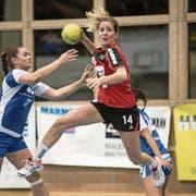 Einsiedelns Jacqueline Hasler-Petrig (am Ball) ist in der 1. Liga nicht zu stoppen. (Bild: Manuela Jans-Koch (Malters, 16. Dezember 2017))
