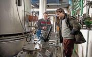 Betriebsleiter Hans Bieri (links) und Ingenieur Bernhard Böcker-Riese in der Holzverstromungsanlage in Oberdorf. Deren Wärmenetz wird womöglich ausgebaut. (Bild: Corinne Glanzmann (Stans, 10. Januar 2017))