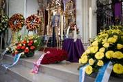 Reicher Blumenschmuck, unter anderem ein grosses Herz aus roten Rosen, zierte die Urne mit der Asche des Verstorbenen. Daneben ein Foto Ruedi Bürgis. (Bild: Manuela Jans)