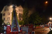 Von der Drehleiter aus hat die Feuerwehr die Flammen und den Rauch bekämpft. (Bild: Luzerner Polizei)