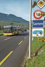 Ein Postauto ausgangs von Sarnen unterwegs zum Bahnhof Sachseln. (Bild: PD)