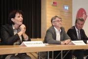 Doris Leuthard konnte mit Baudirektor Markus Züst und Willy Reck das Ende der Strassensperrung verkünden. (Bild: Florian Arnold / Neue UZ)