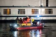 Einsatzkräfte der Feuerwehr wurden am späten Dienstagabend in Duisburg (Nordrhein-Westfalen) mit einem Boot zum havarierten Ausflugsschiff gebracht. (Bild: Marcel Kusch/DPA)