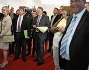 Gespanntes Warten auf die Ergebnisse: In der Mitte Albert Sigrist (rechts) und Daniel Wyler, beide von der SVP, bei den letzten Kantonsratswahlen. (Bild: Corinne Glanzmann (Sarnen, 9. März 2014))