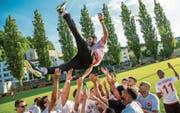 Die Kickers-Spieler lassen (Aufstiegs-)Trainer Faras Pour Hayavi Zaseh hochleben. (Bild: Philipp Schmidli (Luzern, 17. Juni 2017))