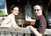 Das Theaterstück brachte sie zusammen: Schauspielerin Zora Schelbert (29) und Schwester Agnes Liem (66). (Bild Romano Cuonz)