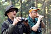 Wild im Visier: Jäger Urs Schmid (links) beobachtet das Tun am Waldrand – und Fredi Meier versucht, mit einer Mäusepfeife Füchse anzulocken. (Bild Charly Keiser)