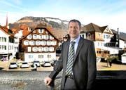Der Stanser Othmar Filliger mitten in «seinem» Ort – am Dorfplatz. (Bild Corinne Glanzmann)