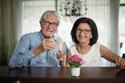 Herbert und Gertrude Huber bei sich zu Hause in Stansstad. (Bild: Corinne Glanzmann (4. Juli 2017))