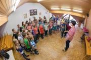 Volle Konzentration: Patricia Dahinden Sterchi leitet die letzte Probe des Kinderjodlercheerlis Brisäblick in Oberdorf. (Bilder Roger Zbinden)
