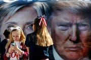 Laut einer Umfrage für die «Washington Post» und ABC News lagen beide Kandidaten in der Gunst der registrierten Wähler bei jeweils 41 Prozent. (Bild: AP Photo / Mary Altaffer)