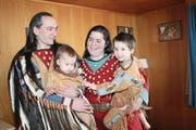 Pan Ronner mit seiner Familie: Sarah und die Kinder Yara (links) und Nanuk. (Bild: Marion Wannemacher (OZ) (Nidwaldner Zeitung))