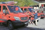 Kommandant Reto Gabriel, Zugführer Guido Waser und Gemeinderat Eugen Dornbierer (von links) fachsimpeln über die Feuerwehrfahrzeuge. (Bild: Martin Uebelhart (Wolfenschiessen, 7. Oktober 2017))