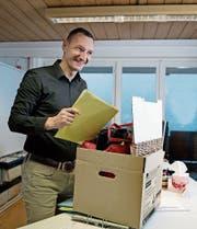 Auch Gemeindeschreiber Adrian Truttmann hilft beim Zügeln der Gemeindeverwaltung. (Bild: Corinne Glanzmann (Lungern, 3. Januar 2018))
