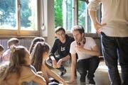 Peter Zgraggen (links) bespricht mit Regisseur Eric Andreae die Szene. (Bild: Florian Arnold / Neue UZ)