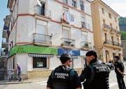 Spanische Sicherheitskräfte stehen Wache bei einer Hausdurchsuchung im Bergdorf Ripoll. (Bild: Robin Townsend/EPA (Ripoll, 18. August 2017))