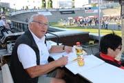 Der Urner Geni Wipfli (67) steht regelmässig auf der Offenen Rennbahn in Oerlikon als Speaker im Einsatz. (Bild: Elias Bricker / Neue UZ)