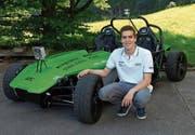 Der Schwyzer Robin Deuber mit dem selbstfahrenden Auto, das von einer Gruppe von ETH-Studenten entwickelt wird. (Bild: PD)