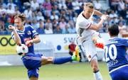 Marc Janko (in Weiss) schiesst an FCL-Verteidiger François Affolter (links) vorbei das 2:2 für den FC Basel. (Bild: Keystone/Thomas Hodel)
