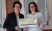 Barbara Bär (links) übergibt Rita Graf von der Lungenliga Uri den Check. (Bild: Urs Hanhart (Erstfeld, 9. April 2018))